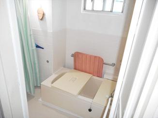 バスルームリフォーム すべりにくい床シートで安心!明るくお手入れも楽になったバスルーム