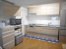 キッチンリフォーム壁側にカップボードを取り付け、広くなったキッチン空間