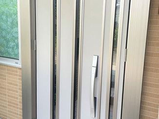 エクステリアリフォーム 強風でもゆっくり閉まるタッチキー付きの軽量な玄関ドア